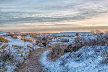 Duinen, sneeuw en zonsopgang in Egmond aan Zee van Annette van Dijk-Leek