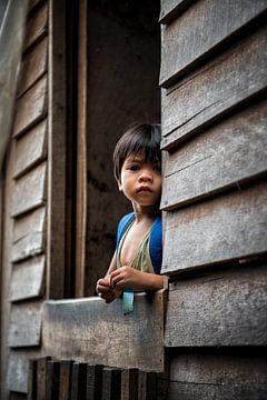 Kinderen in een longhouse 5 van Andre Kivits