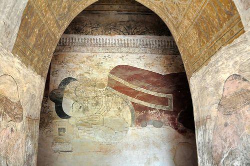 Eeuwenoude muurschildering van een liggende Boeddha