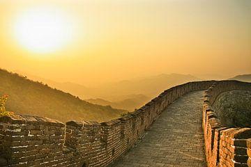 Coucher de soleil sur la grande muraille de Chine, l'air est saturé de smog - un coucher de soleil r sur Michael Semenov