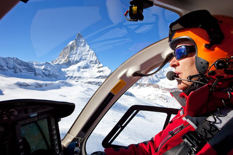 Rettungspilot am Matterhorn von Menno Boermans