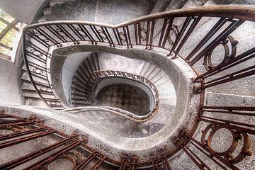 Der Weg nach unten - Treppenhaus von Roman Robroek