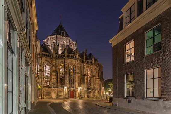 Grote Kerk in Dordrecht in het blauwe uurtje