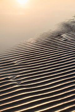Zandlandschap aan zee met avondzon van Tot Kijk Fotografie: natuur aan de muur