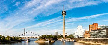 Panorama Blick auf Gehry Bauten und Rheinturm am Medienhafen in Düsseldorf von Dieter Walther