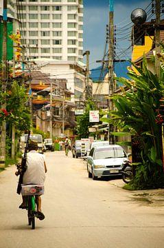 De eenzame fietser in Chiang Mai van Olivier Van Acker