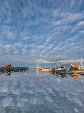Avondlicht en weerspiegeling bij de haven van Hindeloopen van