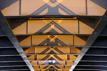 De onderkant van de Prins Clausbrug in Utrecht van