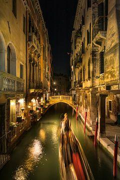 Ruelle romantique à Venise avec gondole. sur Voss Fine Art Fotografie