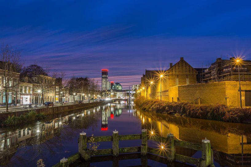 Leeuwarden avondfoto vanaf de 1e kanaalsbrug  van Kevin Boelhouwer