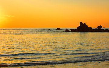 Sunset on the Cobo Bay van Gisela Scheffbuch