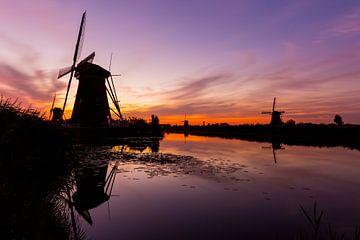 Molens in Kinderdijk bij zonsondergang van Marcel Krol