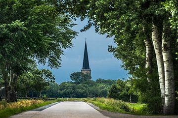 Doorkijkje op het spitse kerkje van  het Friese dorp Tzum van Harrie Muis
