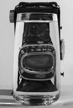 Alte Kamera in einem Glas oder Wasser von Nancy Bogaert