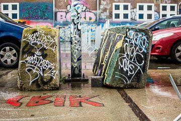 Graffiti op de parkeerplaats bij NDSM van Paul van Putten