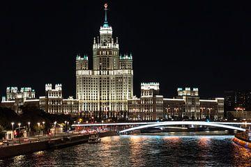 Le gratte-ciel de Kotelnitsjeskaja à Moscou la nuit sur Kris Christiaens