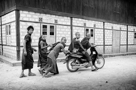 Leerling monniken spelen met een motor
