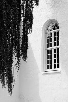 Baum und Kirche in schwarz und weiß von ellenklikt