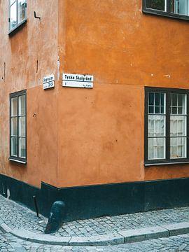 Orange Straßenecke in Gamla Stan, Stockholm (Schweden) von Michiel Dros