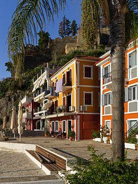 Kleurrijke huizen aan de haven van Parga. van Liset Verberne