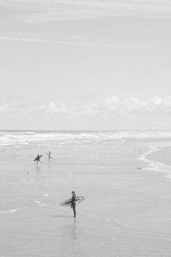 Surfer in Wijk aan Zee laufen und starren auf das Meer. von Christa Stroo fotografie
