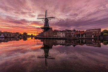 """Sunrise bij molen """"De Adriaan"""" van Costas Ganasos"""