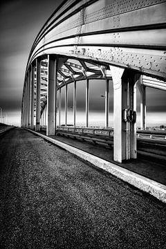 De Viaanse Boogbrug met fietspad (Zwart-wit) van John Verbruggen
