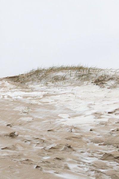 Besneeuwde duinen van Scheveningen | Winter strand in Den Haag van Dylan gaat naar buiten