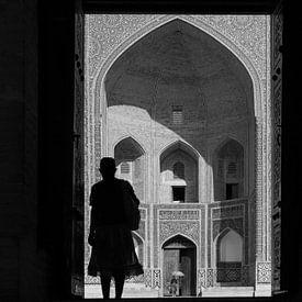 Vrouw in deuropening madrassa Bukhara van Johan Zwarthoed
