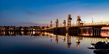 Stadtbrücke über die IJssel in Kampen nach Sonnenuntergang von Sjoerd van der Wal