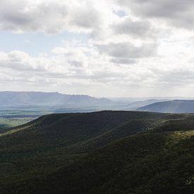 Australisch bergenlandschap met gevarieerd lichtinval van mitevisuals