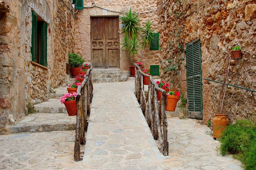 Straatje in Valldemossa, Mallorca van Inge Hogenbijl