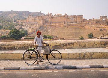 Indiase man met zijn fiets voor Amber Fort van Teun Janssen