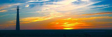 Vuurtoren van Den Helder bij een zonsondergang van eric van der eijk