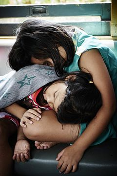 slapende kindjes in trein van Karel Ham