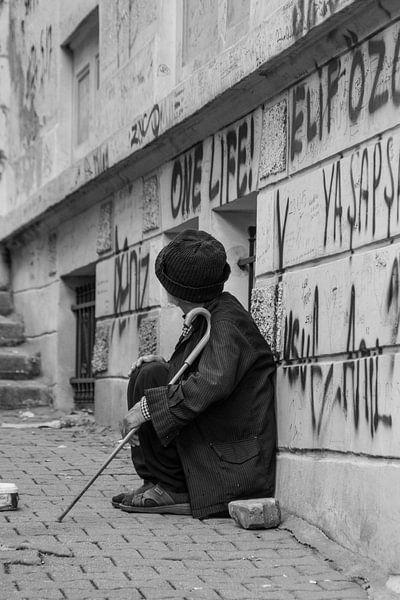 Alter türkischer Mann auf der Straße von Rob Bleijenberg