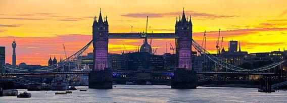 Panorama Tower Bridge vlak na zonsondergang te Londen