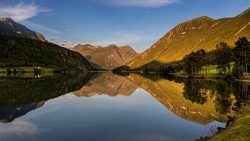Zonsondergang Oppstrynvatnet, Noorwegen van Adelheid Smitt