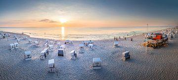 Sommerabend mit Strandkörben am Weststrand bei Kampen, Sylt von Christian Müringer