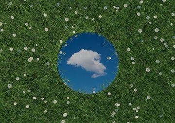 Un miroir rond reflète un nuage blanc unique et se trouve dans une prairie verte entourée de marguer sur Besa Art