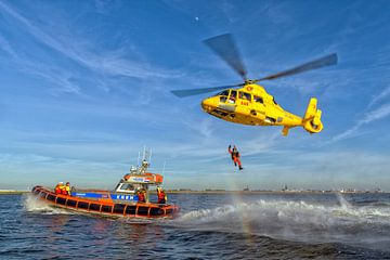 Küstenwache SAR Hubschrauber & Rettungsboot von Roel Ovinge