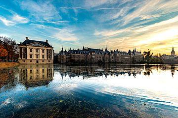 Binnenhof den Haag laag over het water sur Brian Morgan