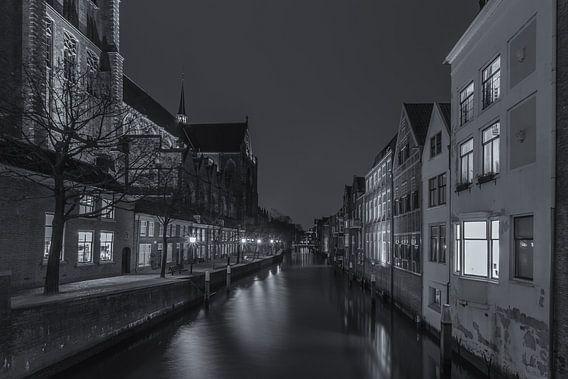 Grote Kerk en Pottenkade in Dordrecht in de avond - zwart-wit - 2
