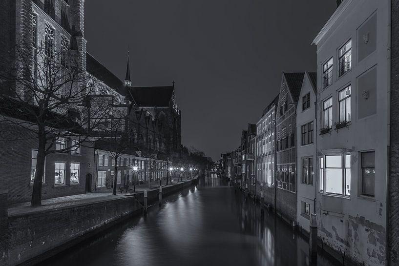 Grote Kerk en Pottenkade in Dordrecht in de avond - zwart-wit - 2 van Tux Photography