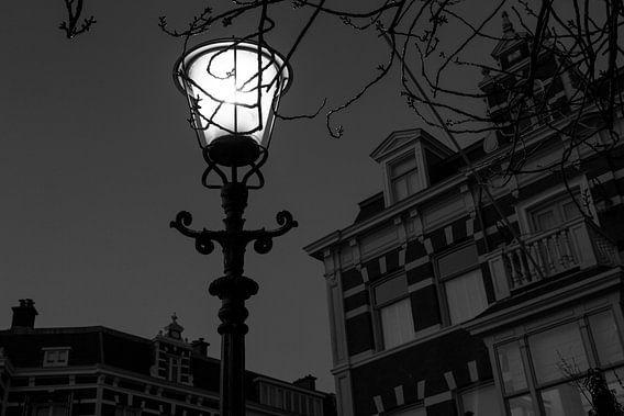 Straatlantaarn op het Bankaplein in Den Haag van Raoul Suermondt