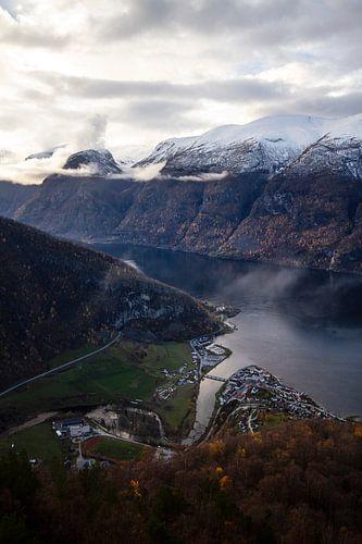 Prachtige fjord in Noorwegen met wit besneeuwde bergtoppen