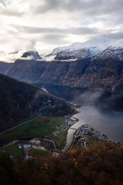 Prachtige fjord in Noorwegen met wit besneeuwde bergtoppen van Geke Woudstra