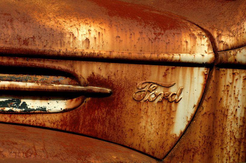 Detail van roestige oude Ford van Alice Berkien-van Mil
