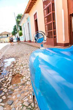 Oldtimer blik op de straat Trinidad van Manon Ruitenberg