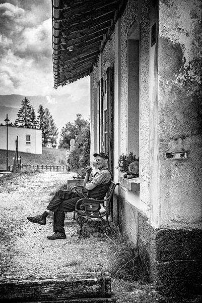 Man op oud station van Pierre Verhoeven
